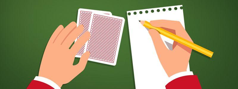 nota e cartões na mesa